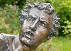 Bronzestatue: Mensch im Trauma