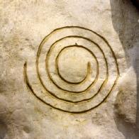 Steinritzung: Spirale als ewiges Symbol