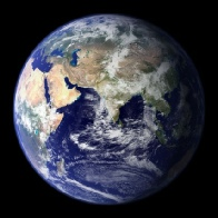 Maka, Mutter Erde, aus dem All